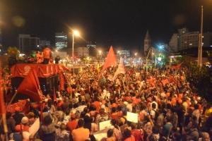 Sao Paulo Faria Lima Metro çıkışında 22 Mayıs'ta eylem için toplanan kalabalık. – Volkan Ağır