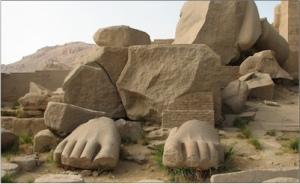 """Percy Bysshe Shelley, şiirini, Mısır Firavunu II. Ramses'in (nam-ı diğer Ozymandias) heykelinin arta kalan kaidesinin üzerindeki yazıdan esinlenerek yazmıştır. Ozymandias Bir gün bir gezgine rasgeldim, Kadim diyarlardan geliyor ve şöyle diyordu: """"Devasa iki taş bacak, gövdesiz, Öylece dikilir durur çölün ortasında, Kuma yarı batmış paramparça bir surat da yanı başında. Soğuk bir istihzayla bükülen dudağında ve çatık kaşında Görürsün ki, yontucusu iyi okuyup cansız taşa işlemiş Hâlâ ayakta kalmış o ihtiras ve tutkuları; Ve de eliyle alaya alıp, kalbiyle beslemiş. Anıtın kaidesinde ise şu sözler yazılı: 'Ozymandias'tır benim adım, şahlar şâhıyım, Eserime bir bak ey Yüce kişi ve tüm ümidini kes!' Hepsi bu. Tek şey kalmamış koca kuru harabenin civarında Uçsuz bucaksız uzanıp giden o ıssız kumullardan başka."""""""