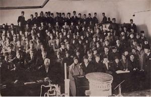 1914'te Kadınlar Dünyası dergisinin çevresinde toplanan kadınların üniversite eğitimi alabilmek için verdikleri mücadele sonucu 1914'te açılan İnas Darülfünunu'ndan bir fotoğraf.