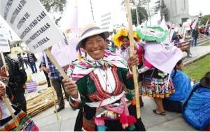 Lima'da BM İklim Zirvesi ile eş zamanlı olarak yapılan alternatif zirve Halkın İklim Zirvesi tarafından düzenlenen yürüyüşten bir fotoğraf.