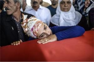 Fotoğraf: Bülent Kılıç, AFP (Gaziantep, 21 Temmuz 2015, Suruç'taki saldırıda katledilenler için yapılan toplu cenaze töreninden)