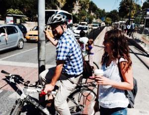 Ahmet Akşit programa bisikletiyle gelirken