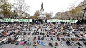 Paris'te dün yapılacak büyük yürüyüşün güvenlik nedeniyle yasaklanmasına tepki olarak Cumhuriyet Meydanı'na yüzlerce çift ayakkabı bırakıldı.
