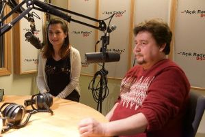 Açık Radyo dinleyicisi ve destekçisi Ferdun İnanlı, Derya İnanlı stüdyoda.