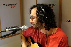 Açık Radyo dinleyicisi, müzisyen dostumuz Hakan Vreskala ile dünya ahvali ve Türkiye üzerine konuşuyoruz, bir yandan da müzik dinliyoruz.