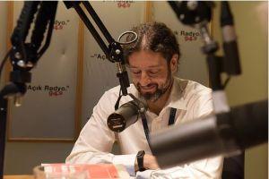 Açık Radyo dinleyicisi ve destekçimiz İzel Levi Coşkun stüdyoda.