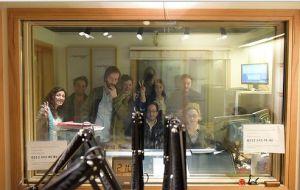 Ahmet Ali Aslan, Ozan Saruhan ve Barıştık Mı canlı yayın stüdyosunda. Camın arkası böyle…