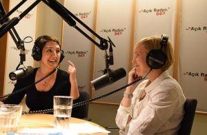 """Açık Radyo'nun ilk programcılarından Bosnalı Galma Jahic, Açık Radyo programcısı Yeşim Burul'la (Sinefil) yayında. Galma ve Yeşim daha önce 1995 yılında Bosna Savaşı'nın içinden yayınlanan Açık Radyo programı """"Bosna Günlüğü""""nü hazırlamıştı."""