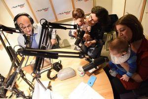 Açık Yeşil Özel'de Ümit Şahin ve Ömer Madra, stüdyoda yeşil bebekleri ağırlıyor. Açık Radyo dinliyicisi ve destekçisi Sevil Turan bebeği Göknar ile yine Açık Radyo dinleyicisi ve destekçisi Ayşe Akdeniz bebeği Nar ile stüdyomuzda.