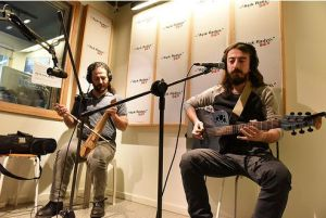 """Karadeniz müziğinin yeni nesil temsilcisi Marsis henüz yayınlanmamış albümleri """"Kiana"""" (Lazca Dünya) albümünden tadımlıkları ilk defa Açık Radyo'da canlı çalıp söylüyor. Kemençede Ceyhun Demir ve gitar ve vokalde Korhan Özyıldız stüdyo konuğumuz."""
